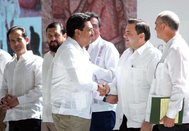 Juan José Canul Pérez (izq.) resaltó la alianza gobierno-productores. (Milenio Novedades)