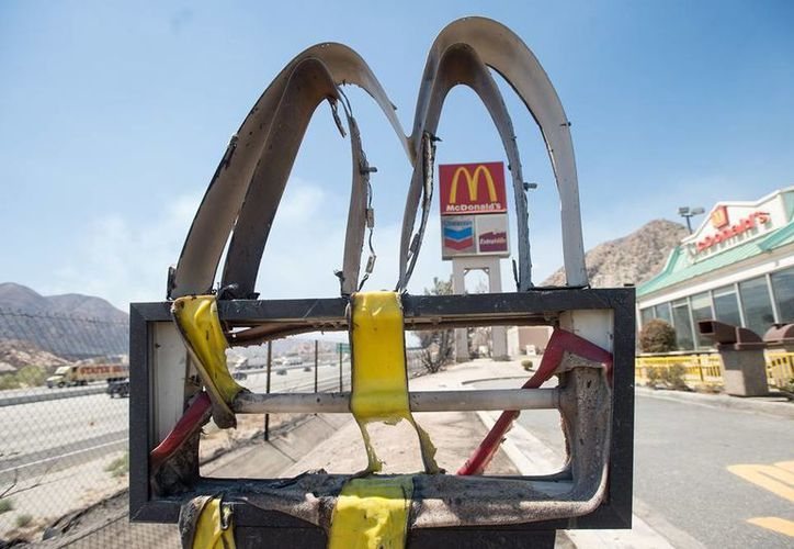Cliente del restaurante McDonald's dijeron que encontraron gusanos en las hamburguesas de la firma. La imagen es únicamente ilustrativa, y corresponde a un letrero en California, donde los incendios forestales han alcanzado zona urbanas. (Archivo/AP)