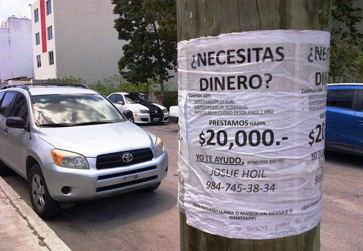 En los postes de las calles de la localidad se observan diversos anuncios ofertando préstamos con facilidades y sin pedir aval. (Daniel Pacheco/SIPSE)
