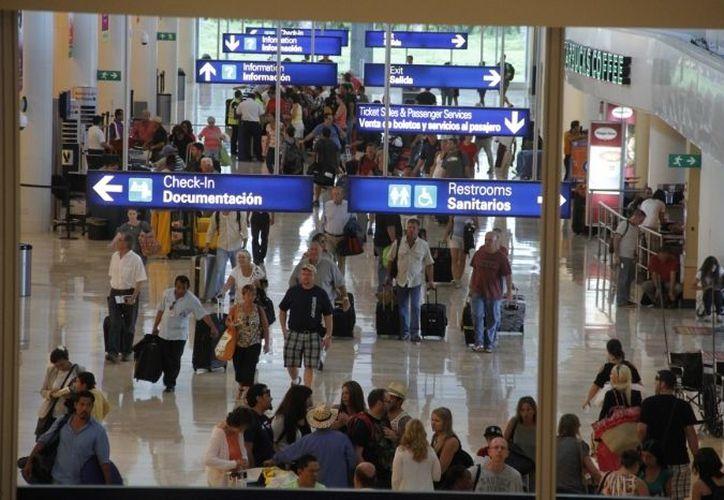 Siguen arribando los turistas en las terminales del aeropuerto. (Redacción/SIPSE)