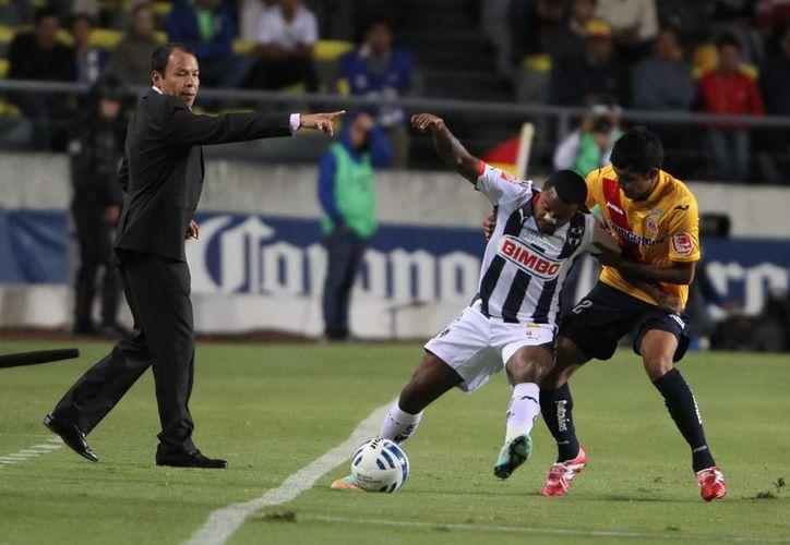 José Guadalupe Cruz, El Profe (i) da indicaciones durante un partido de Monarcas Morelia, que tuvo un pésimo Torneo Apertura 2014. (Notimex)