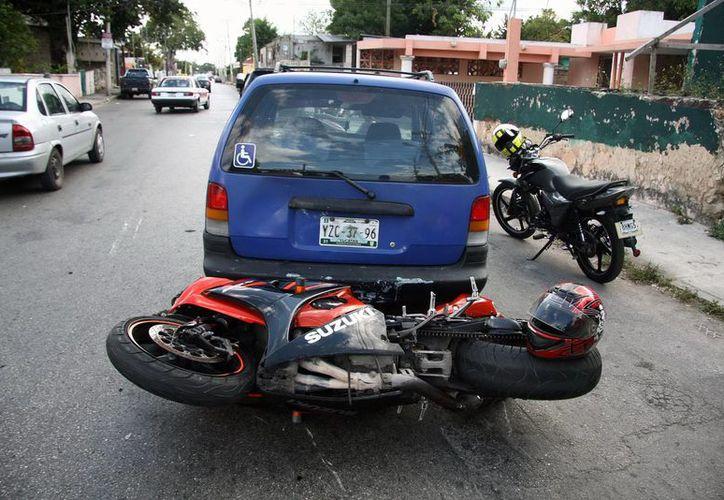 En la colonia Santa Rosa, una motocicleta colisionó con una vagoneta, cuyo conductor no respetó el alto. (Emmanuel Palomo)