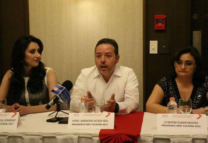 De i a d: Adriana Berrocal González, presidenta nacional del IMEF;  Amenoffis Acosta Ríos, nuevo presidente local, y su antecesora Beatriz Quijano Bentata. (Fotos: José Acosta/SIPSE)