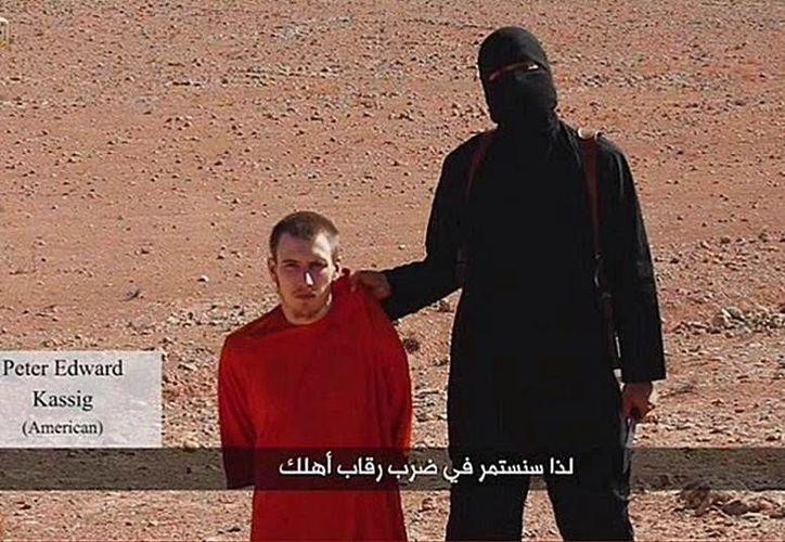 El Estado Islámico hace uso de la tecnología para mostrar los crimines que realizan contra los rehenes que tienen en su poder. (YouTube)