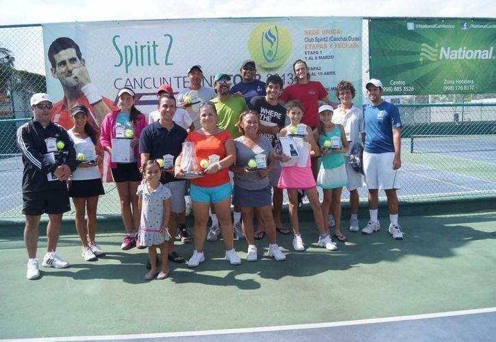 Los campeones del torneo de tenis con sus respectivos trofeos. (Raúl Caballero/SIPSE