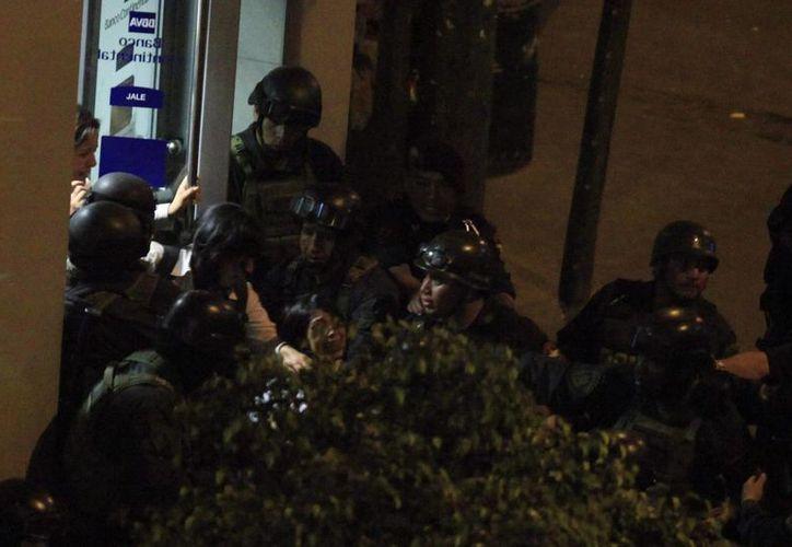 Tras el asalto al vehículo de una empresa de transporte de dinero, que pretendía enviar su carga en un vuelo comercial a Lima, un contingente de 400 policías emprendió la búsqueda de los asaltantes. (Archivo/EFE)