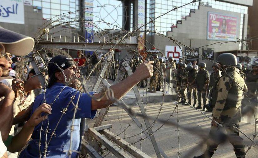 Simpatizantes del depuesto presidente Mohamed Mursi gritan consignas durante una protesta cerca de la mezquita de Rabea al Adauiya, en El Cairo. (EFE)