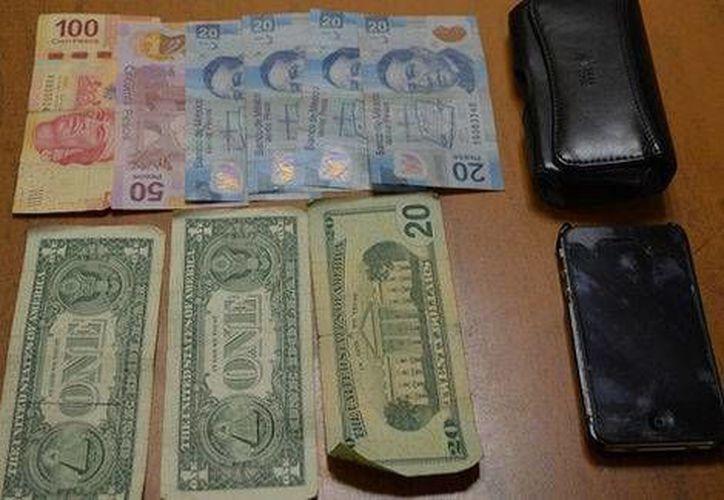 La menor y el hombre con quien fue encontrada ofrecieron a la Policía dinero en pesos y dólares, así como un teléfono celular, para evitar ser detenidos. (Milenio)