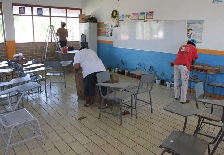 Renuevan sillas de paleta, asientos, mesitas y muebles de guardar para jardines de niños, pintarrones, escritorios y sillas para docentes. (Harold Alcocer/SIPSE)