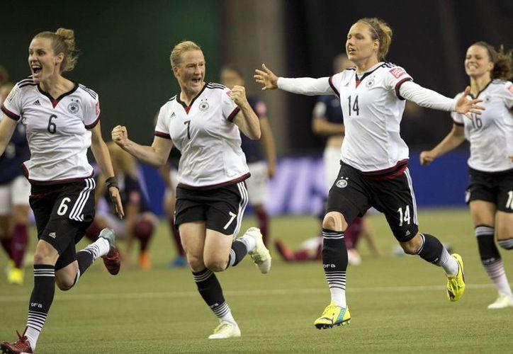 Celia Sasic y Nadine Angerer fueron las heroínas de Alemania, que avanzó a semifinales en el Mundial femenil de Canadá. (AP)