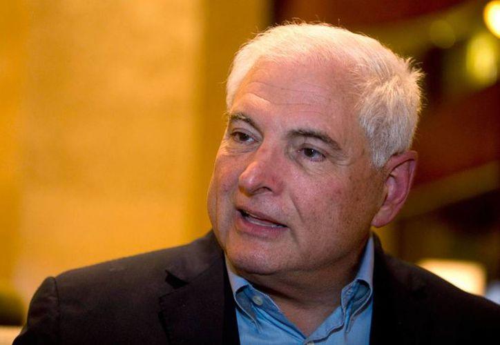Fotografía de archivo del 28 de enero de 2015, del expresidente de Panamá Ricardo Martinelli respondiendo preguntas durante una entrevista en un hotel en la Ciudad de Guatemala. (Foto de archivo AP/Moises Castillo)