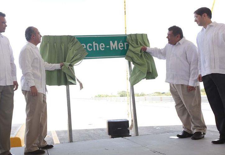 Calderón, en su gira por el sureste, inauguró un tramo carretero en la vía Mérida-Campeche. (presidencia.com.mx)