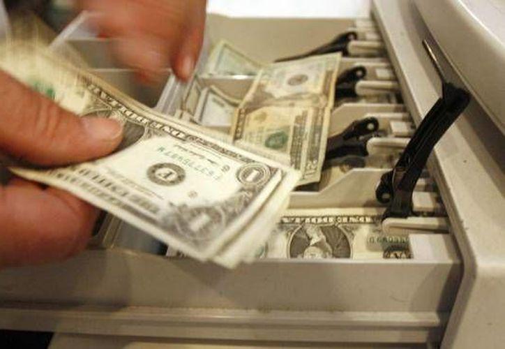 En centros cambiarios de Mérida vendieron el billete verde hasta en 13.11 pesos. (Archivo/AP)
