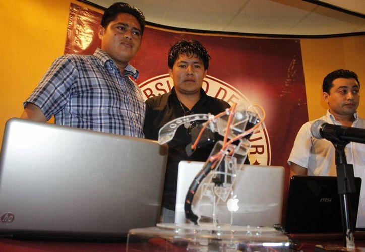Los estudiantes del octavo cuatrimestre de sistemas computacionales, expusieron sus trabajos en la Universidad del Sur. (Sergio Orozco/SIPSE)