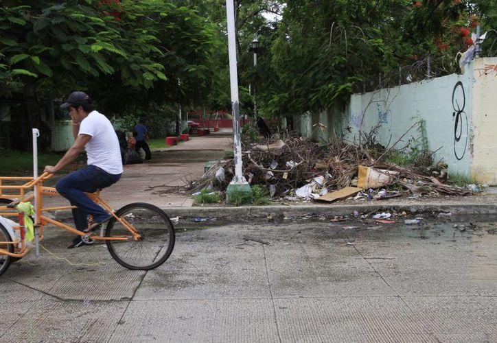 En las colonias todavía se pueden ver desechos en las calles. (Tomás Álvarez/SIPSE)