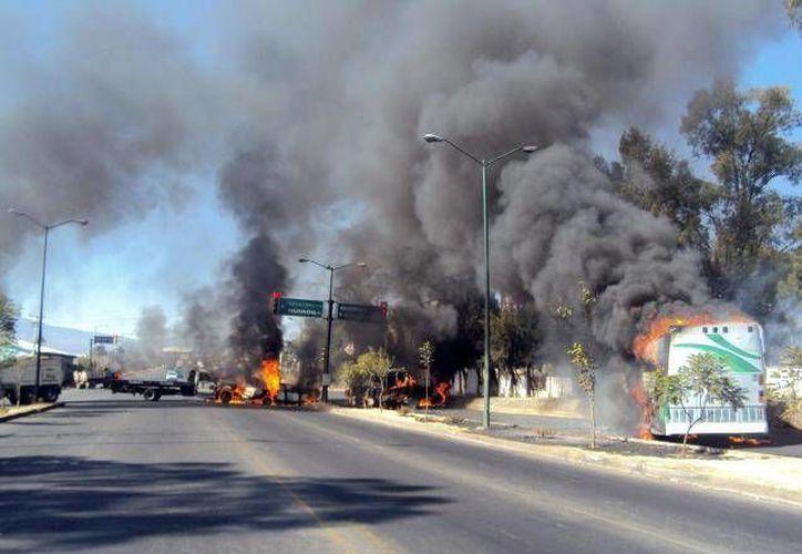 El choque armado que incluyó un auto en llamas ocurrió sobre la carretera federal Chilpancingo-Iguala, a la altura de la comunidad de Mezcala. (Agencias/Contexto)