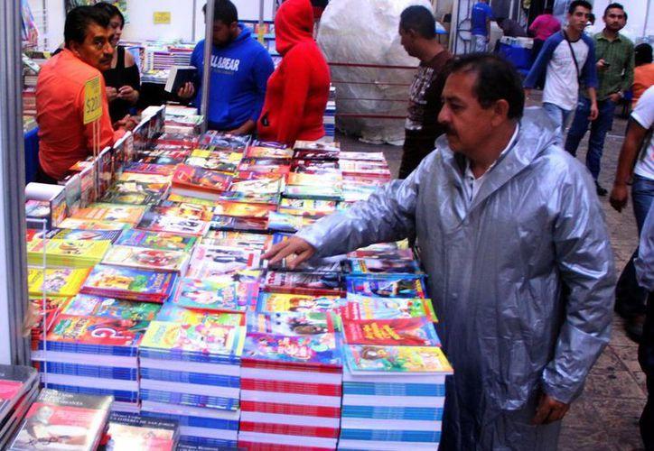 Pese a la lluvia la asistencia fue buena al remate de libros en el  Pasaje Revolución. (Milenio Novedades)