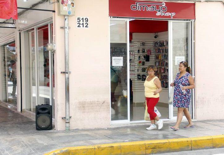A pesar de las sanciones, varios comerciantes mantienen el volumen alto de sus bocinas para promocionarse. (Juan Albornoz/SIPSE)