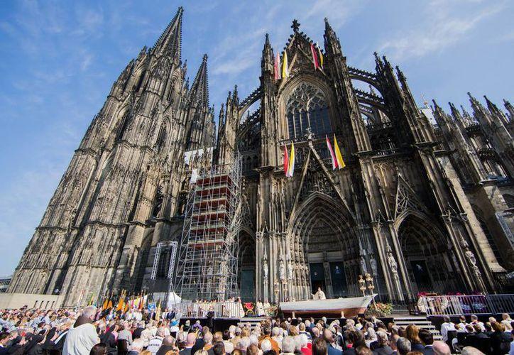 Autoridades germanas investigan el robo de una reliquia de Juan Pablo II de la Catedral de Colonia, en Alemania. (AP/archivo)