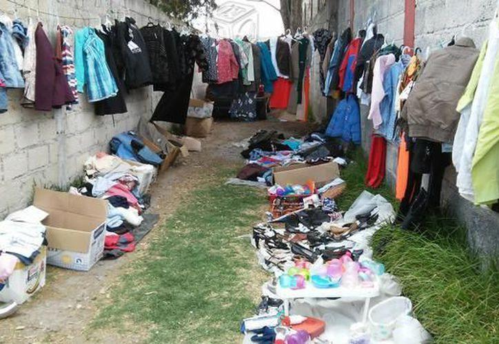 La venta de ropa de paca representa una oportunidad de ingreso para muchas personas, en la ribera del Río Hondo. (Carlos Castillo/SIPSE)