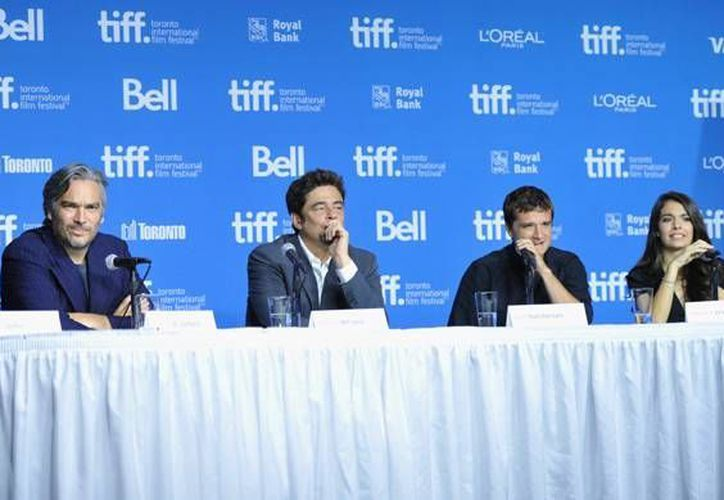 Benicio del Toro (c) durante el estreno de 'A Perfect Day' en el Festival de Cannes, donde también se exhibió un documental sobre abusos en Hollywood. (Fotografía: AP)