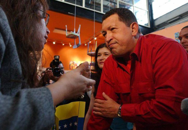 """Hugo Chávez, durante su visita en 2005 al Bronx, escucha a Majora Carter, activista y directora de la organización """"Sustainable South Bronx"""". (Agencias)"""