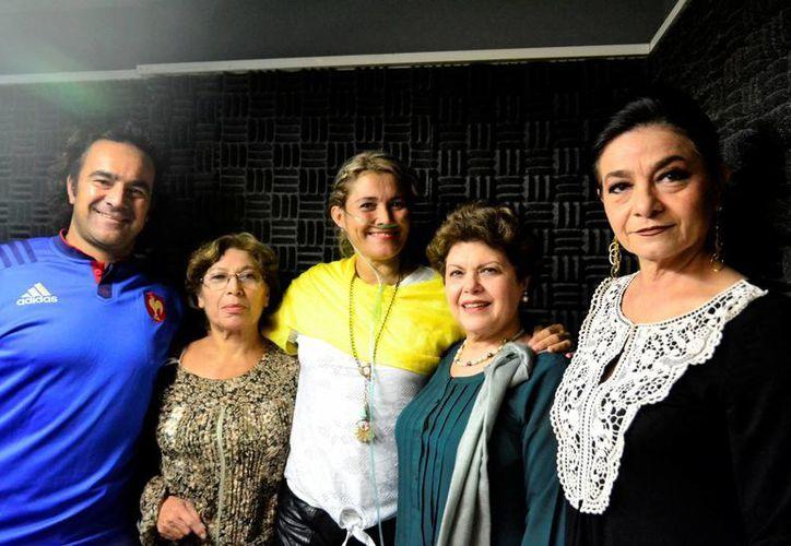 En el programa de radio 'Salvemos una vida' estuvo como invitada Jennifer MacDonald (al centro), quien contó su experiencia de vida, tras sufrir un derrame cerebral. (Jorge Acosta/SIPSE)