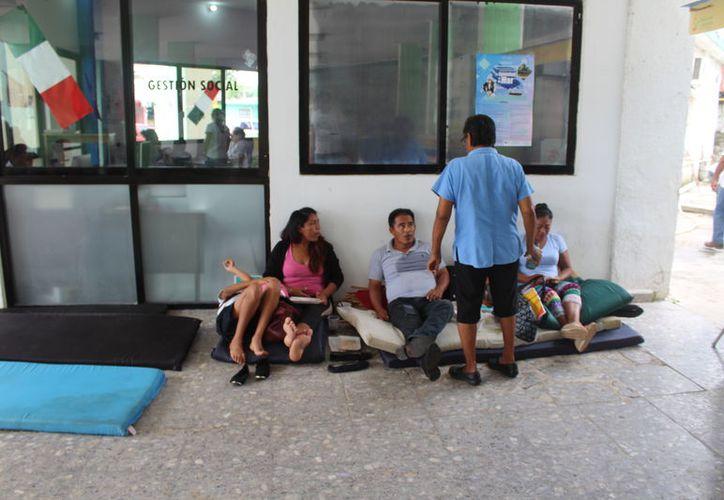 El grupo de antorchistas que protesta permanecerá en el lugar hasta que se resuelva su problema. (Foto: Joel Zamora/SIPSE)
