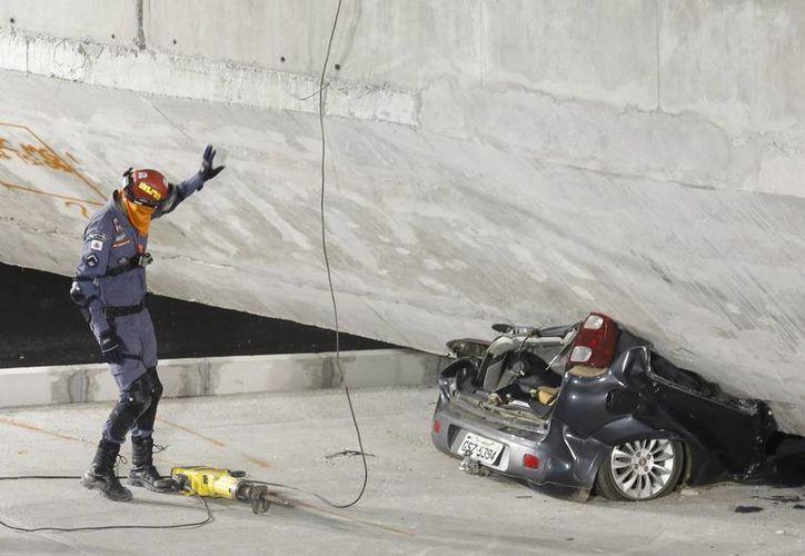 Se investiga el derrumbe en un paso a desnivel que ocasionó la muerte de dos personas durante el Mundial de Brasil. (Foto: AP)