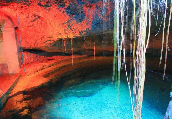 """Imagen del cenote Tívoli, dentro de las instalaciones del Instituto Comercial Bancario. En este lugar se llevó a cabo el evento """"Las noches del Baktún"""". (institutobancario.edu.mx)"""