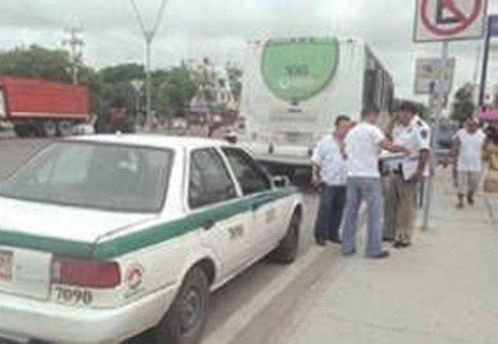 Testigos indicaron que ambos conductores circulaban sobre la avenida Tulum, pero pasar el semáforo los dos giraron a la derecha. (Redacción/SIPSE)