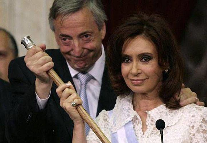 Néstor Kirchner junto a Cristina Fernández cuando ella tomó el mando del Gobierno en 2007. (Archivo/Reuters)