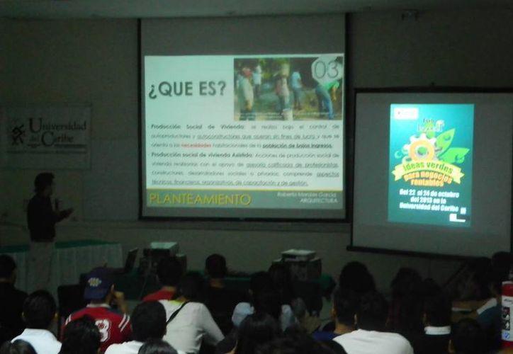Durante el evento se proyectó una videoconferencia. (Cortesía/Mayra Salazar)