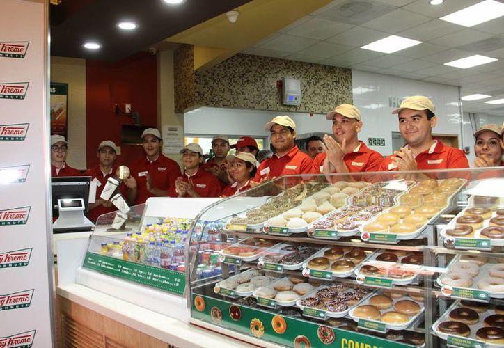 Más de 120 personas forman la 'generación Krispy Kreme' en Mérida, es decir, son empleados de la tienda-fábrica en la capital yucateca. (Jorge Acosta/SIPSE)