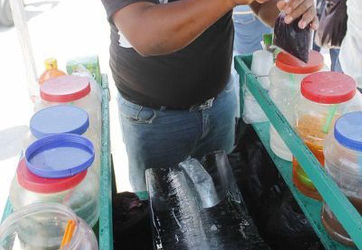 Solamente los que tenían permiso pudieron lograr buenos ingresos en Viernes Santo, sobre todo los vendedores de raspados y aguas. (Jesús Tijerina/SIPSE)