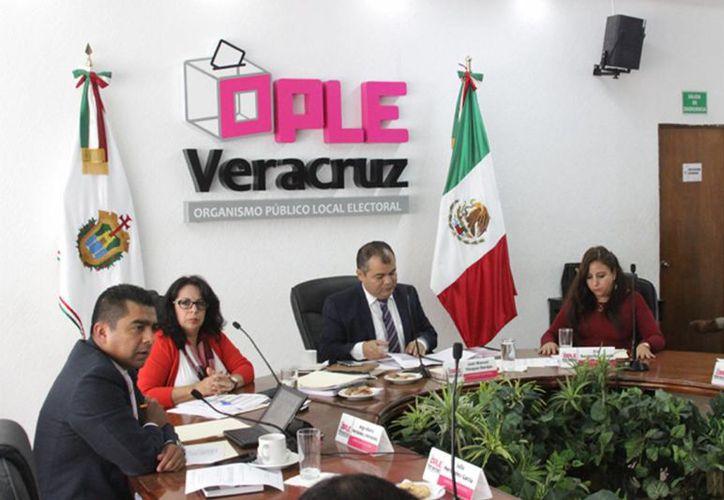 Para la nueva redistritación, el INE considera esencial la participación de los organismos electorales locales. En la imagen de contexto, una sesión del Instituto Electoral de Veracruz. (Archivo/Notimex)