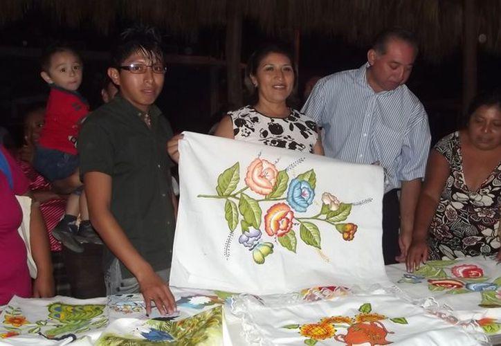 Mercedes Huchim de Parra, muestra uno de los trabajos de pinturas textiles artesanales elaborados por mujeres morelenses. (Carlos Yabur/SIPSE)