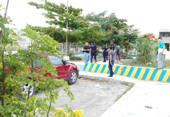 El agraviado se retiró en una camioneta blanca junto con oficiales para ir a dar su declaración a instancias del ministerio público. (Redacción/SIPSE)