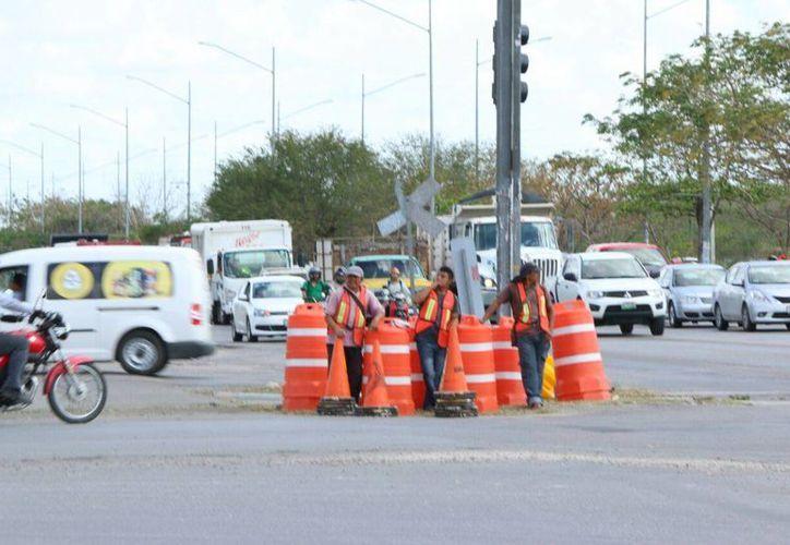 Los trabajos con maquinaria pesada se realizarán a partir del medio día: el abanderamiento vial está a cargo de SSP y la obra la realiza la SCT. (José Acosta/Milenio Novedades)