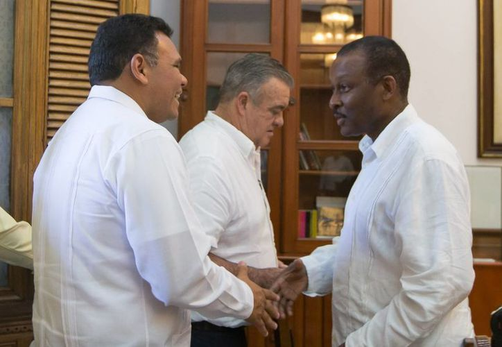 Entre sus actividades de ayer, el gobernador de Yucatán, Rolando Zapata Bello, recibió al embajador de Haití en México, Guy Lamothe. (SIPSE)
