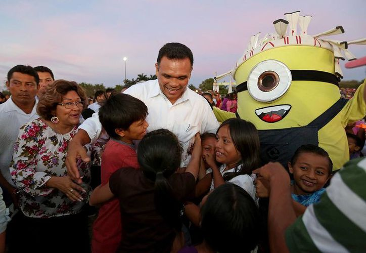 El gobernador de Yucatán, Rolando Zapata Bello, convive con la gente en 'Vivan los niños' 2014, que se realiza en La Inalámbrica. (SIPSE)