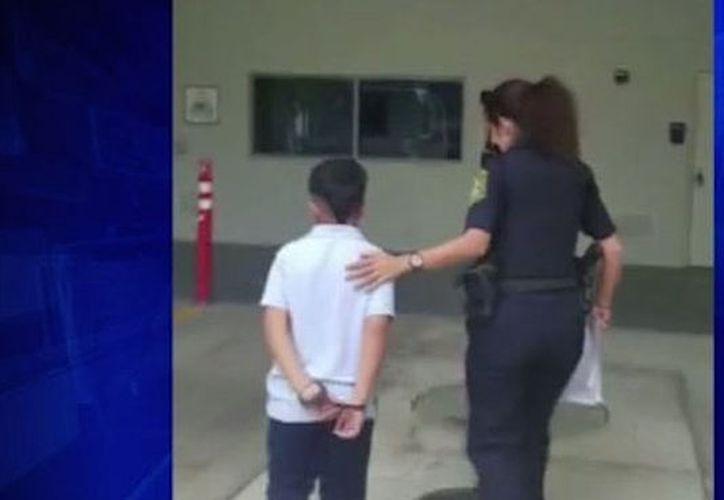 A la escuela llegaron tres patrullas para llevarse al niño, que salió esposado. (Foto: Internet)