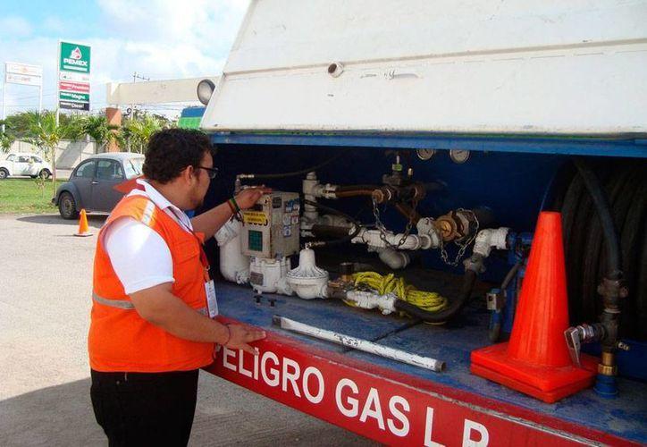 Protección Civil de Yucatán verificó el estado de 12 pipas de seis diferentes empresas que reparten gas LP en Mérida. (NTX)