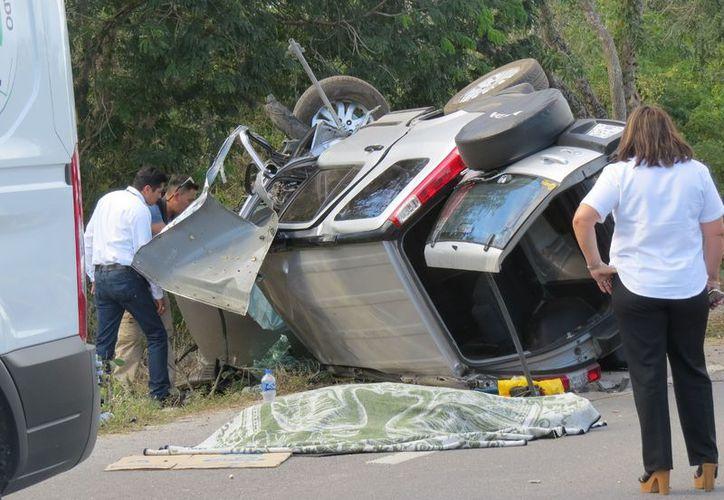 La tragedia se presentó en este tramo carretero cuando una persona perdió la vida al volcarse la camioneta en la que viajaban. (Victoria González/SIPSE)