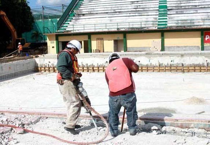 Trabajos de reconstrucción y modernización de la Alberca Olímpica en la Unidad Kukulcán. (Milenio Novedades)