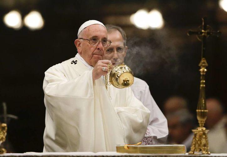 El Papa Francisco durante la celebración de una misa en el Vaticano. Están programado que durante su visita en Chiapas visite la tumba de el Obispo Samuel Ruíz. (Foto AP / Gregorio Borgia)