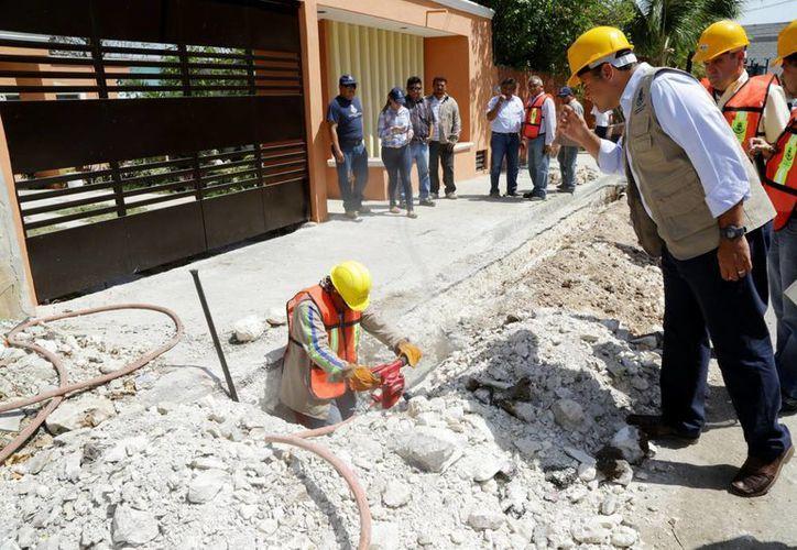 El alcalde Renán Barrera Concha supervisa los trabajos de mantenimiento preventivo al drenaje pluvial de Mérida. (SIPSE)
