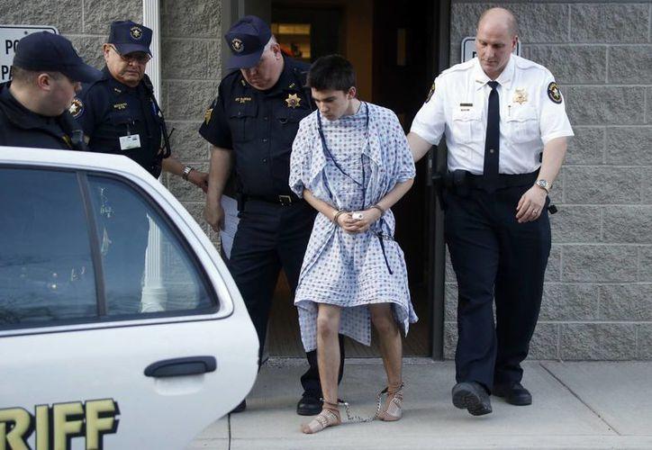 Alex Hribal  es trasladado por policías de una corte de distrito después de ser acusado formalmente. (Agencias)