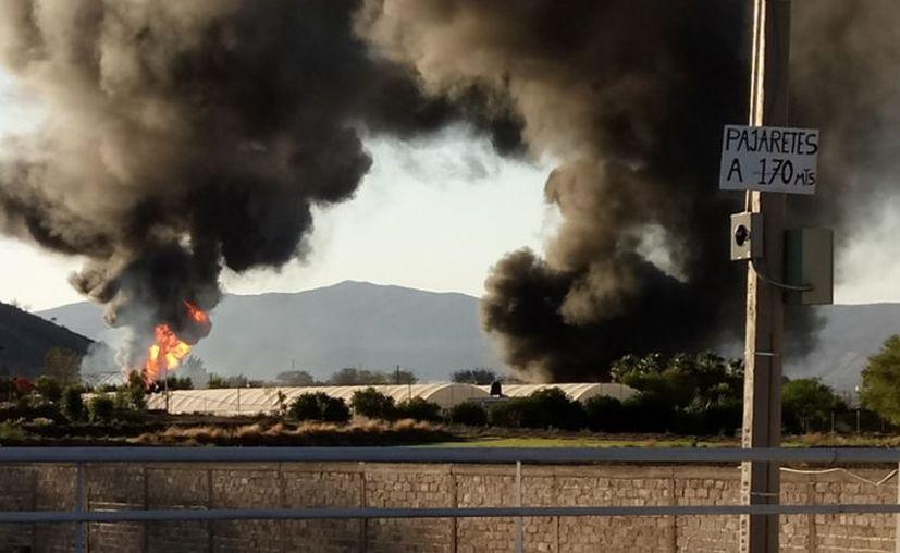 El incendio en Tlajomulco ocurrió en una zona despoblada por lo que no existe riesgo para la población; se atribuye a una toma clandestina en un ducto de Pemex. (Twitter/ @EMT_ACVS)