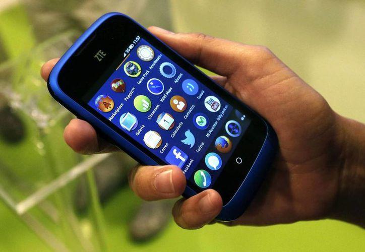 A pesar del avance que representa la aplicación del Formulario Nacional de Medicamentos de Cuba, los isleños no cuentan con con red de acceso a internet para sus teléfonos móviles. (EFE)